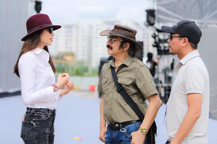 Tranh thủ trò chuyện với nhạc sĩ Nguyễn Đức Cường trước giờ tập.