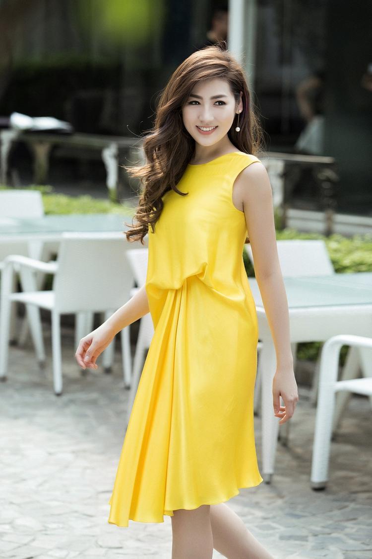 Cùng chất liệu nhưng với màu vàng chanh bắt mắt, Tú Anh dễ dàng trở thành tâm điểm thu hút mọi ánh nhìn trên phố.