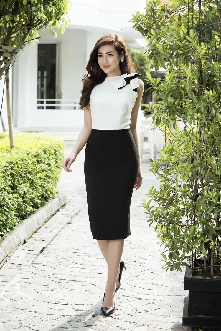 Bộ đầm mini đen trắng dường như phù hợp với chủ nhân trong mọi sự kiện như đi làm hay đi dã ngoại đều rất phù hợp.