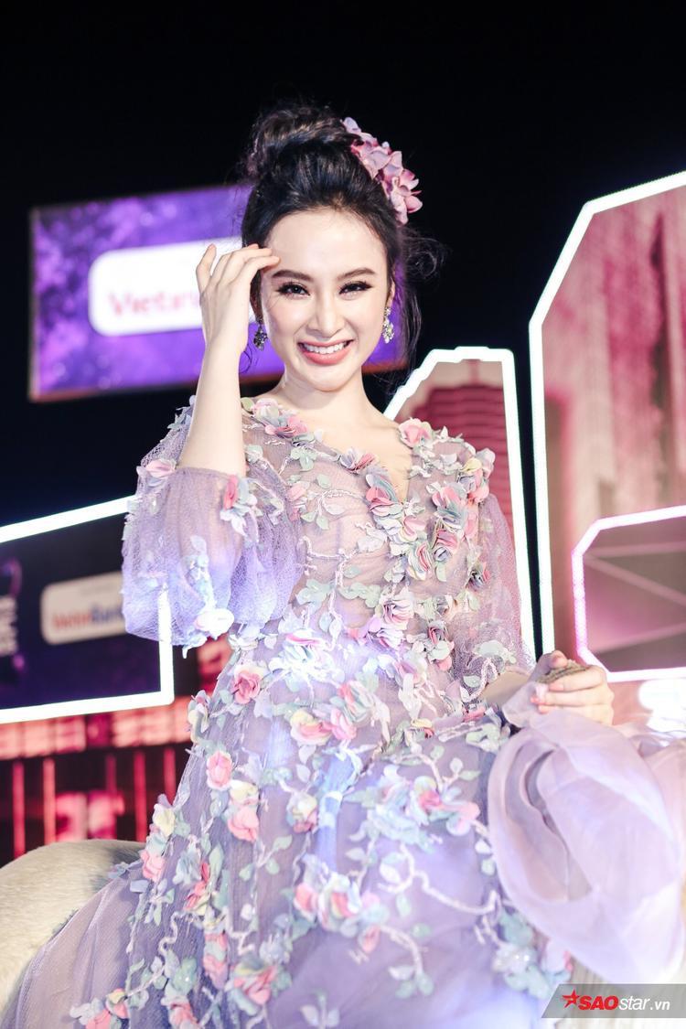 Cận cảnh những bông hoa xinh đẹp trên chiếc váy giá hơn 200 triệu của cô.