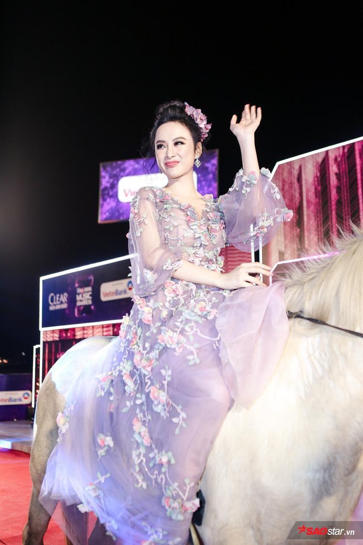 GOT7 khiến fan bấn loạn vì quá đẹp trai, Angela Phương Trinh cưỡi ngựa lên thảm đỏ