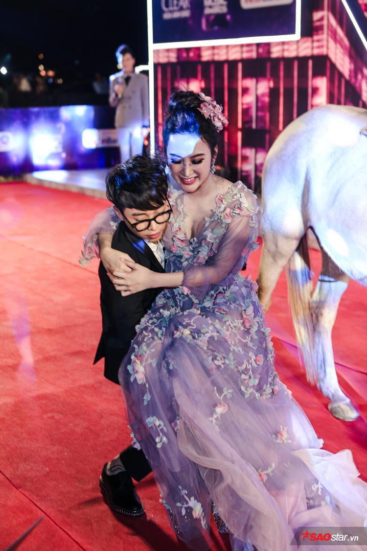 Ngay sau đó, stylist Hoàng Ku đã đi đếnbế Angela Phương Trinh xuống ngựa.
