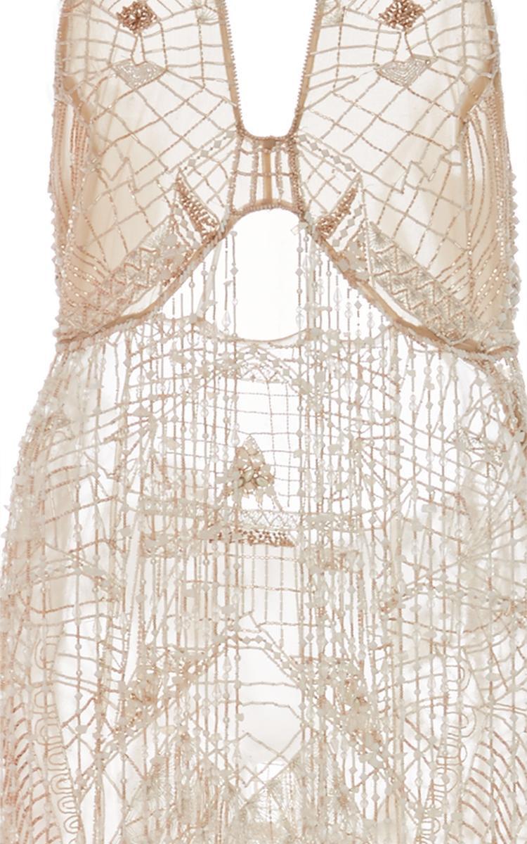 Cận cảnh các chi tiết đính kết như mạng lưới của chiếc váy đắt đỏ này.