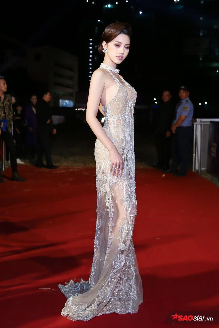 Jolie Nguyễn khoe thân hình mảnh mai với thiết kế mỏng tanh trên thảm đỏ.