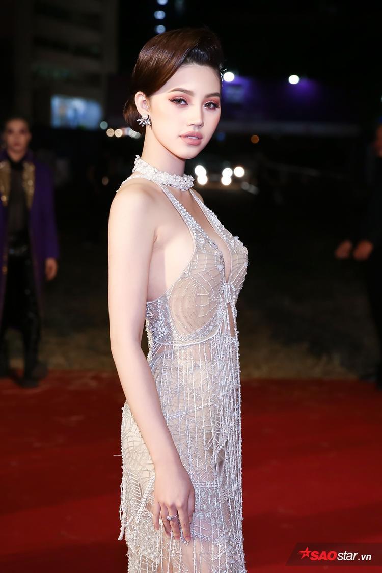 Trang phục được đính kết từ rất nhiều hạt đá quí, với chất liệu xuyên thấu màu nude càng khiến cô sexy hơn trước ống kính nhiếp ảnh gia.