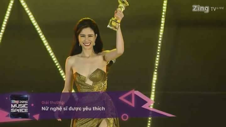 Các fan nhanh chóng minh oan cho nữ HLV Giọng hát Việt bằng hình ảnh cô tươi cười khoe cúp khi tay đang dơ cao.