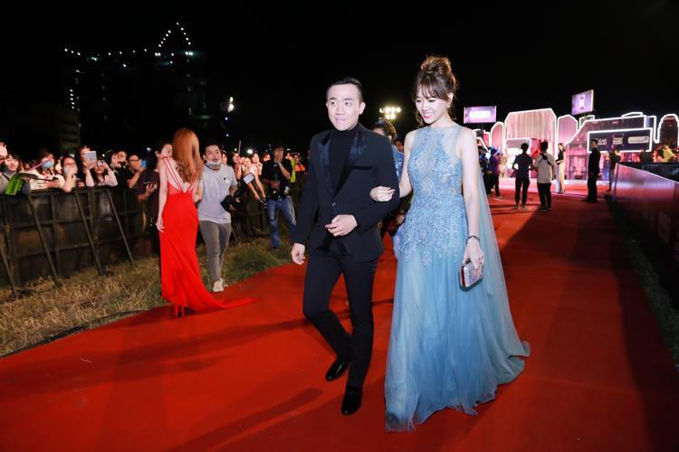 Tại thảm đỏ của chương trình, Hari Won được ông xã Trấn Thành nắm tay một cách tình cảm. Khán giả đồng loạt hò reo tên của cặp đôi ngay khi họ xuất hiện cùng nhau.