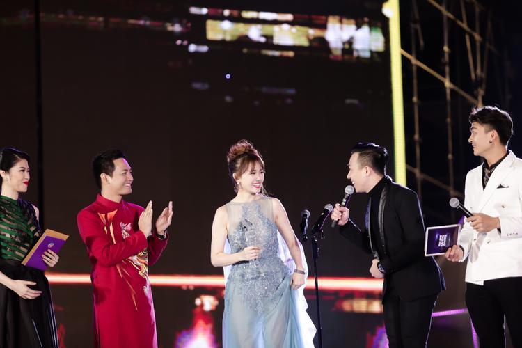 Vợ chồng son Hari Won  Trấn Thành tình cảm nhận cúp tại lễ trao giải ZMA