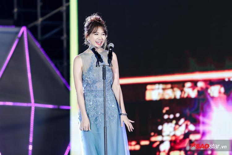Giọng ca Anh cứ đi đi thu hút sự chú ý của khán giả vàgiới truyền thông ngay khi xuất hiện. Cô khéo léo lựa bộ váy xanh đính kim sa khoe vẻ sang trọng, tinh tế.