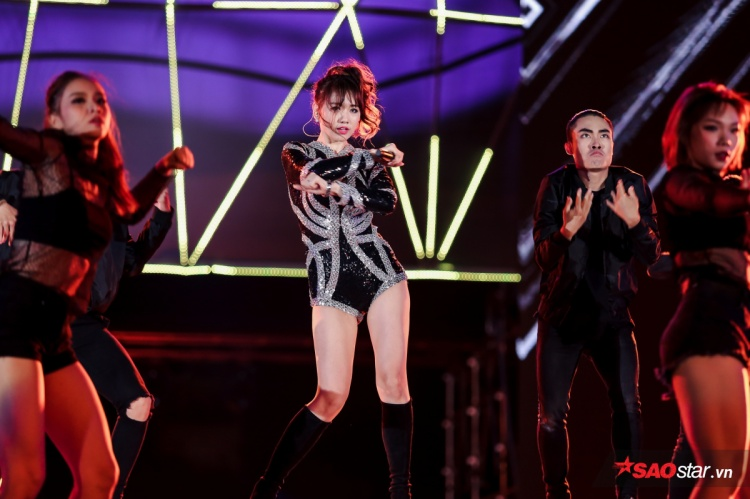 Cô thể hiện bản hit Anh cứ đi đi được phối khí bắt tai và hiện đại hơn. Hari Won cũng tranh thủ khoe vũ đạo cùng thân hình gợi cảm trong trang phục bodysuit quyến rũ.