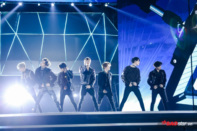Khoảng 11h, 7 thành viên GOT7 chính thức đổ bộ sân khấu trong tiếng hò reo vỡ òa của hàng ngàn người hâm mộ. Gà chiến nhà JYP mở màn bằng bản hit mới nhất: Hard Carry. Được biết, đây là lần thứ hai GOT7 ghé thăm Việt Nam.