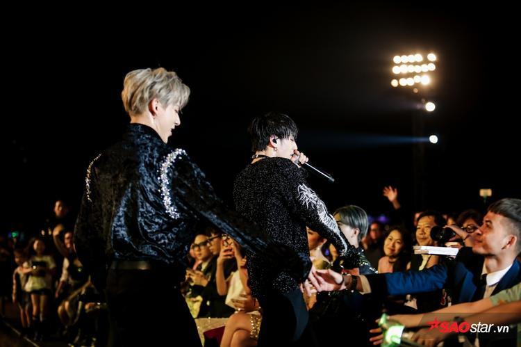 GOT7 không ngần ngại xuống tận hàng ghế khách mời và khu vực fan.