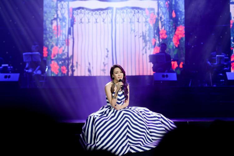 Cô khiến cả khán phòng không khỏi thổn thức sống lại với những ca khúc khi xưa đã từng đi vào con tim biết bao lứa khán giả.