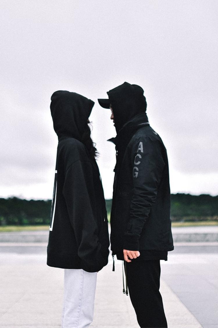 Màu sắc cho trang phục đôi được phần lớn các bạn trẻ chọn lựa chính là đen.