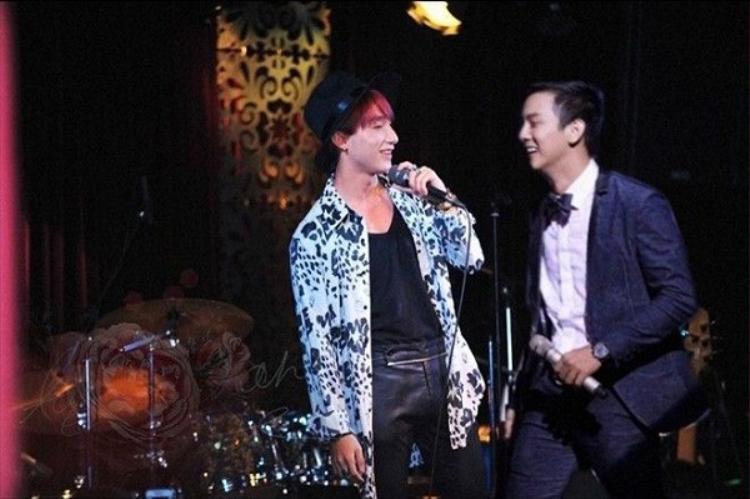 Nếu như Sơn Tùng M-TP dành nhiều lời khen ngợi Hoài Lâm là một ca sĩ cực kì tài năng thì Hoài Lâm lại khá thoải mái khi nhắc về giọng ca Chúng ta không thuộc về nhau, thậm chí còn gửi một nụ hôn gió tới đồng nghiệp trong một lần phỏng vấn.