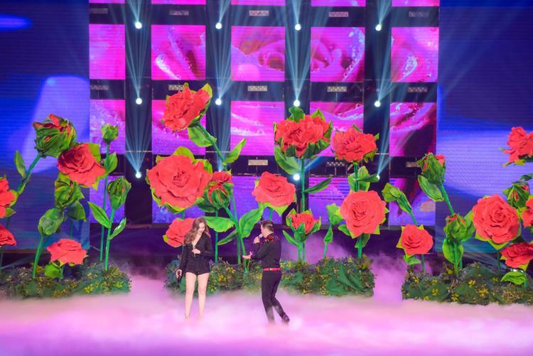 Song ca cùng Giang Hồng Ngọc trong khung cảnh vườn hồng Nhật Bản.