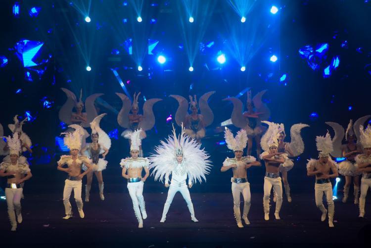 Có đến hơn 200 bộ trang phục cùng 150 vũ công xuất hiện trong đêm nhạc này.