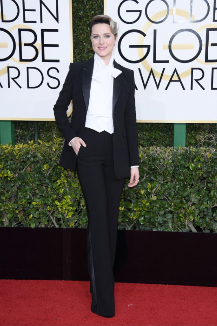 Evan Rachel Wood khác lạ hơn so với dàn sao còn lại tại thảm đỏ Quả Cầu Vàng 2017 khi xuất hiện với hình ảnh mạnh mẽ cùng bộ suit sang trọng đến từ thương hiệu Altuzarra.
