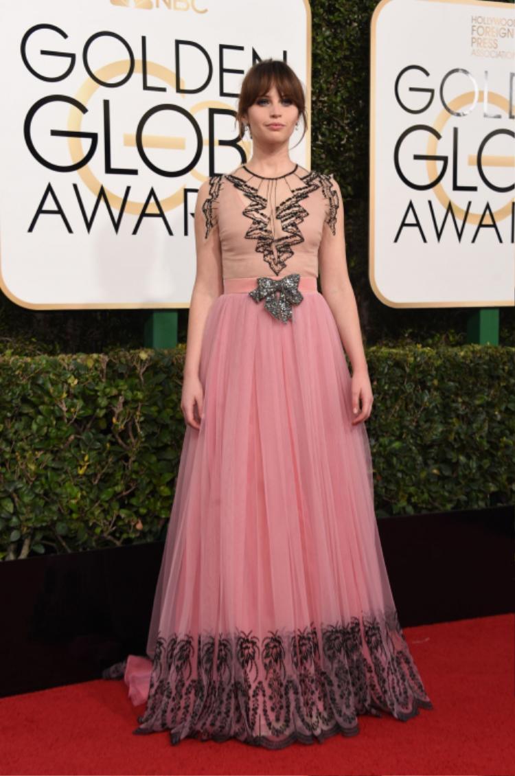 Felicity Jones hóa quý cô cổ điển khi xuất hiện với chiếc váy mang hơi hướm hoài cổ hòa phối cùng sắc hồng pastel đến từ thương hiệu Gucci.