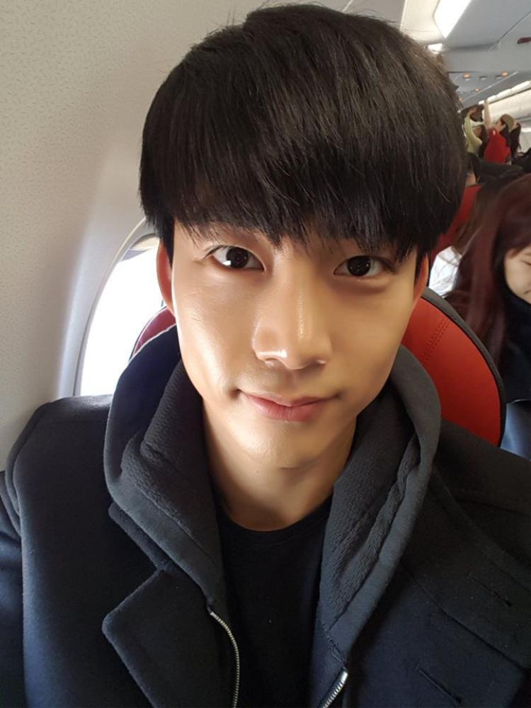 Hình ảnh mới nhất được nam ca sĩ chia sẻ trên trang cá nhân khi anh đang trên máy bay.