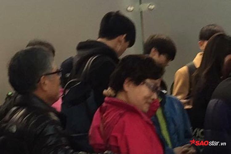 Hình ảnh Taecyeon tại sân bay để di chuyển đến Hà Nội. Được biết, anh sẽ đáp chuyến bay vào lúc 1h30 tại sân bay Nội Bài.