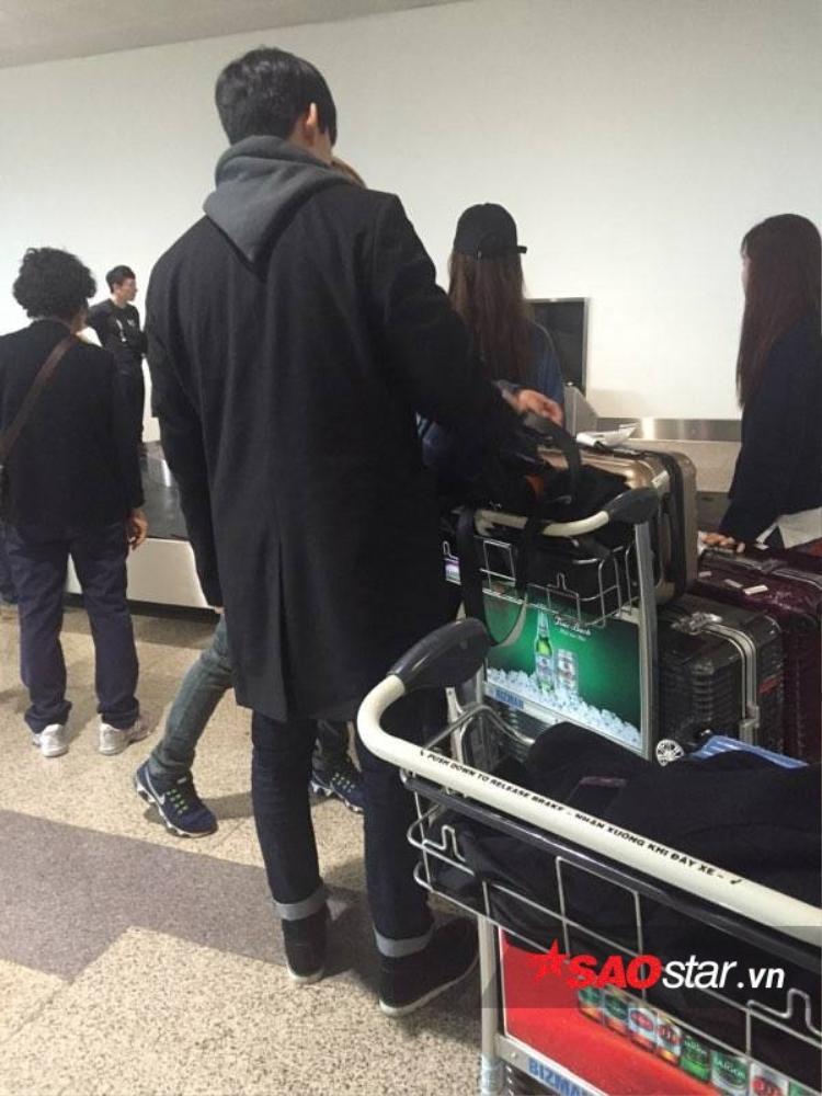 Hình ảnh đầu tiên của Taecyeon tại sân bay Nội Bài, Hà Nội.