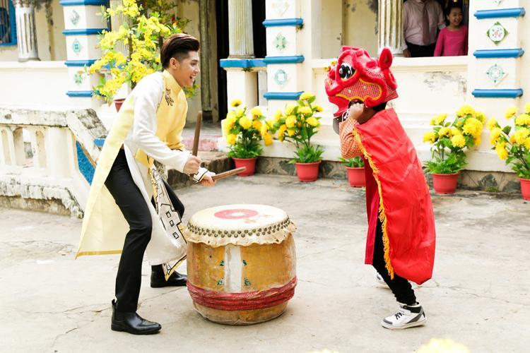 Noo Phước Thịnh vui đùa cùng cậu em trai tinh nghịch.