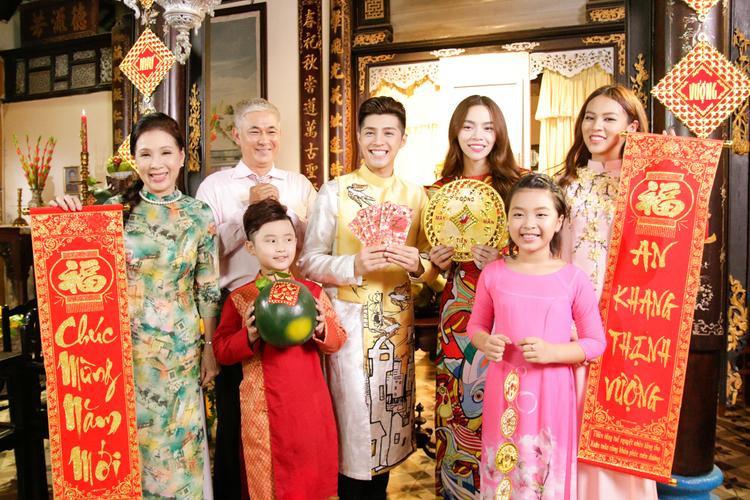 Hình ảnh đại gia đình vui mừng đón tết trong MV.