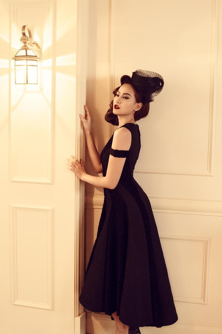Sự kết hợp hai mảng chất liệu khác nhau tạo chiều sâu về điểm nhìn cho thiết kế phom xòe đơn giản. Với bộ sưu tập lần này, Đỗ Mạnh Cường còn lăng xê mốt đội nón cổ điển khi mặc váy, được các ngôi sao hưởng ứng mạnh mẽ trong ngày The Little Black Dress được giới thiệu chính thức.