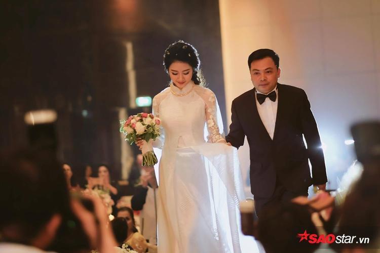 Chủ rể đại gia dìu cô dâu bước qua cánh cổng hạnh phúc.