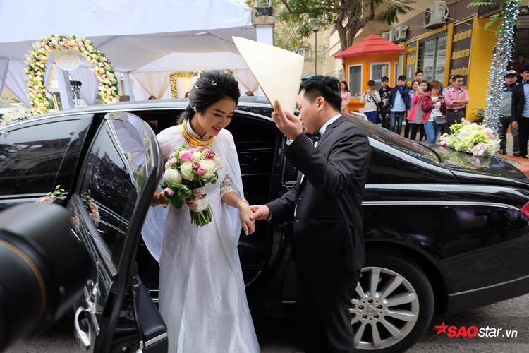 Chú rẻ đại gia ân cần nắm tay dìu Thu Ngân xuống xe.