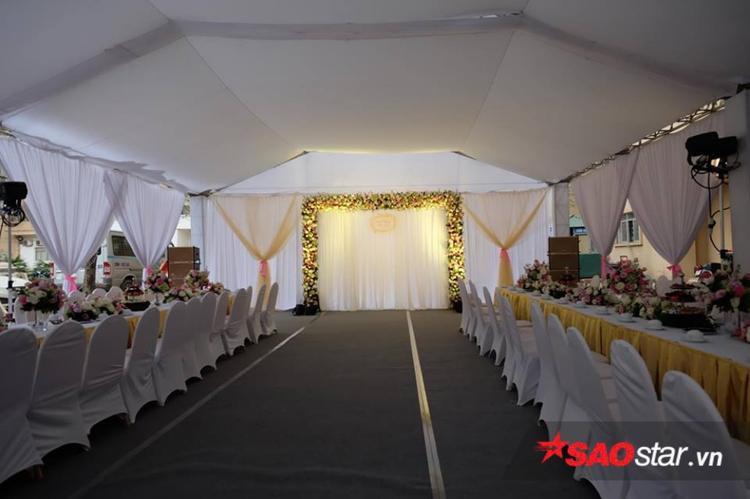 Không gian tổ chức tiệc được phủ bởi hai tông màu vàng và trắng sang trọng.