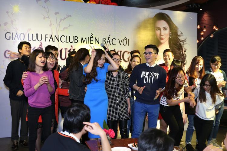 Nữ ca sĩ đã đề nghị kết thúc chương trình sớm để fan về nhà lo công việc, nhưng vẫn không ai muốn về. Fan cũng lên kế hoạch cùng Hồ Quỳnh Hương tổ chức một chuyến trao tặng quà cho những người vô gia cư trước Tết Nguyên Đán.