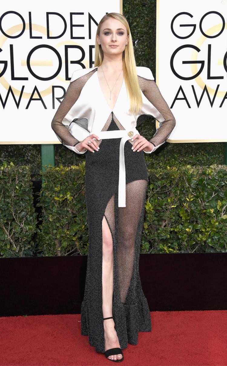 Sophie Turner hấp dẫn trong trang phục cắt cúp lạ mắt.