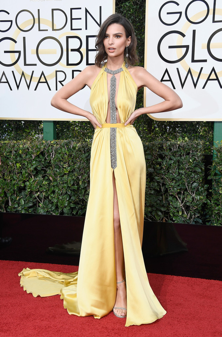 Emily Ratajkowski quá quyến rũ trong trang phục khéo leo khoe đường cong cơ thể.