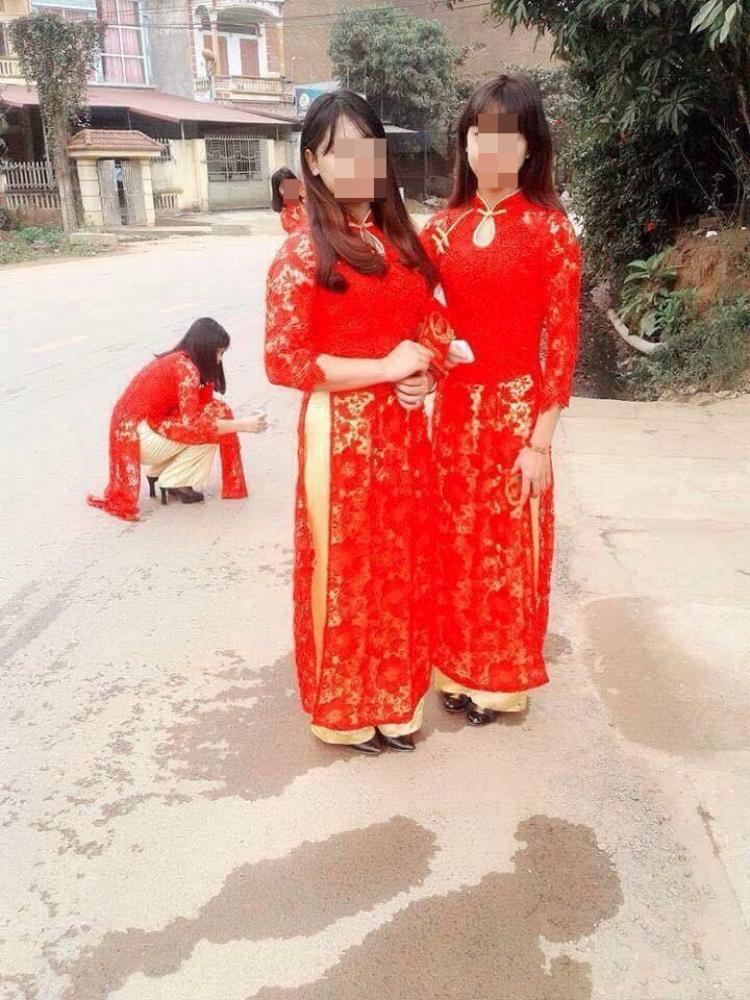 Bức ảnh được cho là chụp những bạn nữ trong đoàn bê tráp.