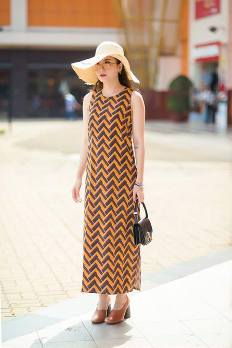 Yến Nhi chọn giày đế thô màu nâu để mix cùng chiếc váy mang đến sự cá tính và thời thượng.