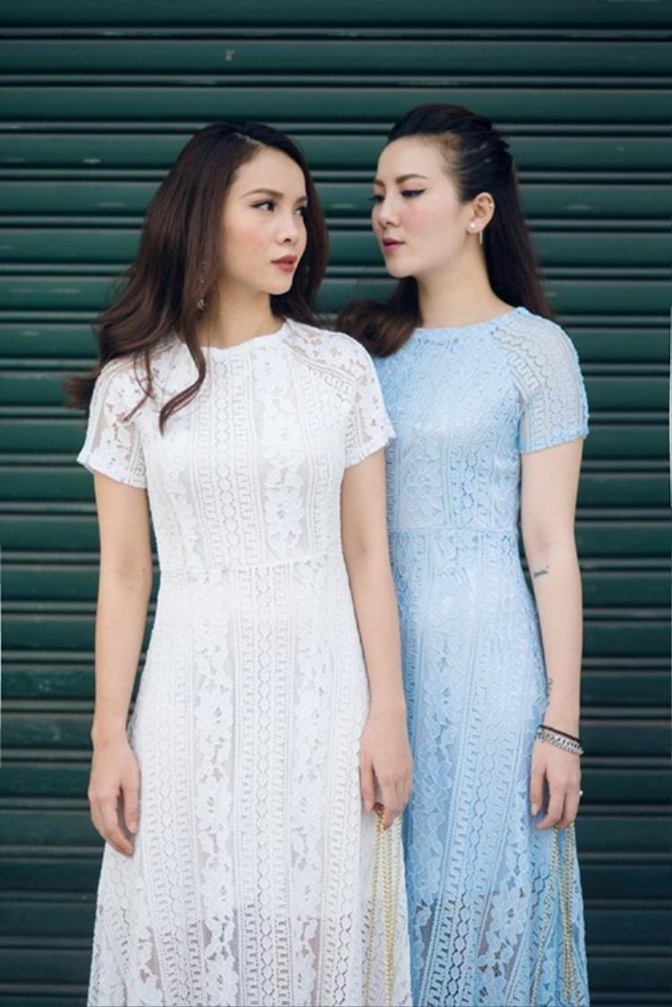 Yến Nhi - Yến Trang mềm mại trong váy ren họa tiết dập nổi thịnh hành. Với cách chọn màu cơ bản của trắng và xanh nhạt, 2 cô nàng mang đến sự lựa chọn với tính ứng dụng cao cho các tín đồ thời trang.