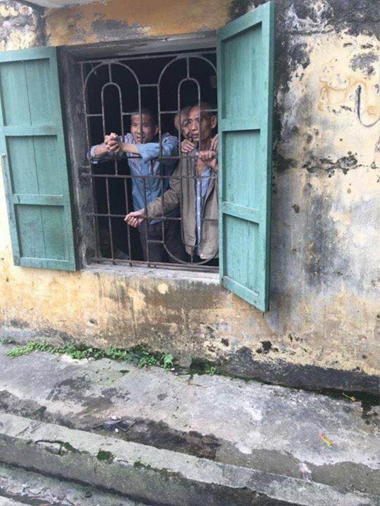 Những bệnh nhân tâm thần sau khung cửa sổ.