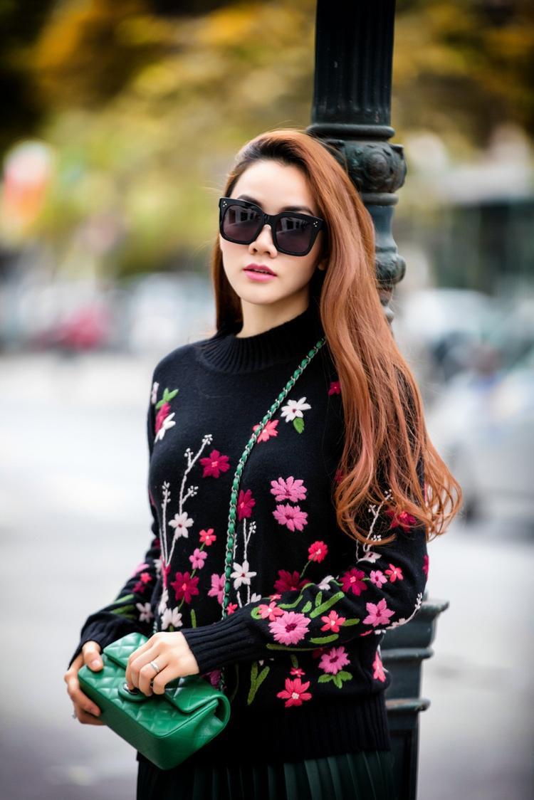 Cận cảnh những bông hoa rực sắc màu như vườn Xuân được thêu nổi trên áo len dệt kim vô cùng tỉ mỉ.