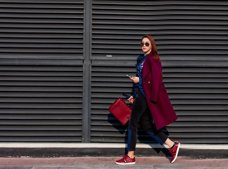 Đừng bỏ lỡ chiếc áo trench coat với màu nổi bật. Đôi giày sneaker như phá cách và năng động hơn.