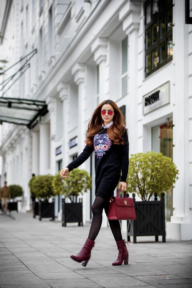 Set đồ thứ 2, Trang Nhung diện theo trend giấu quần với áo Kenzo và túi hiệu nghìn đô của thương hiệu Dior dòng Diorever màu đỏ mận bắt mắt.