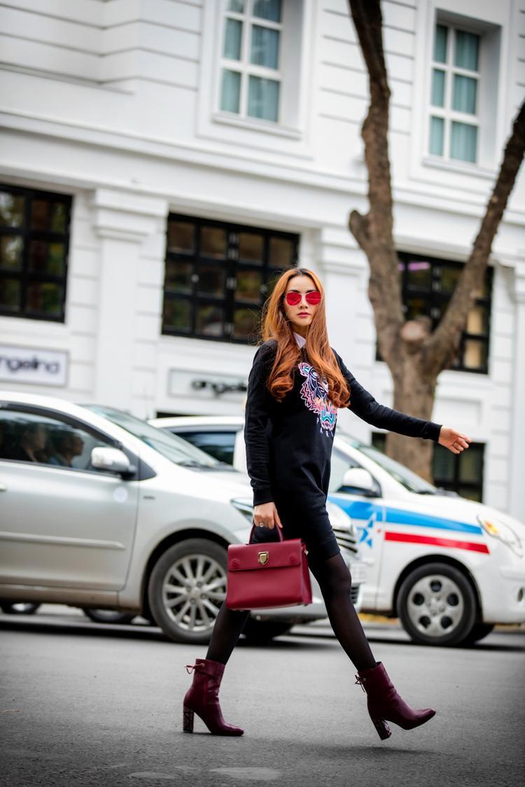 Trang Nhung trổ tài catwalk đầy tự tin trên phố với set đồ hiệu, cuốn hút mọi ánh mắt người nhìn.