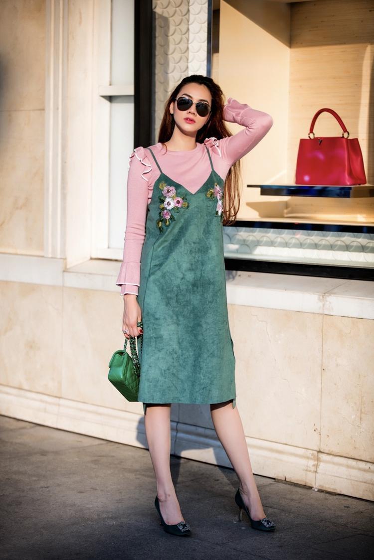 Với một người đẹp luôn bắt kịp xu hướng thì hot trend phối layer váy ngủ cùng áo thun luôn là lựa chọn hàng đầu cho thời trang đường phố.