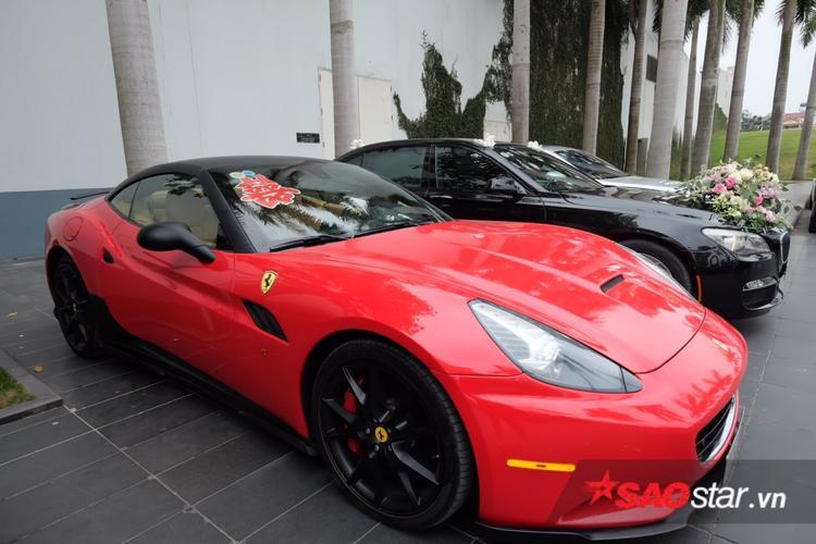 Chiếc xe Ferrari California đỏ rực vô cùng nổi bật.