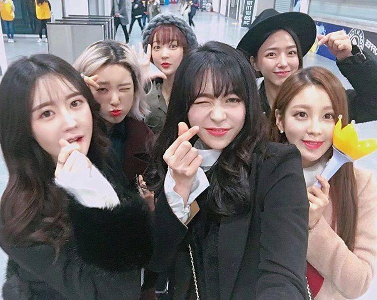 """EXID Hyerin (mũ len) đi cùng """"hội chị em bạn dì"""", bao gồm cả em gái của Seungri."""