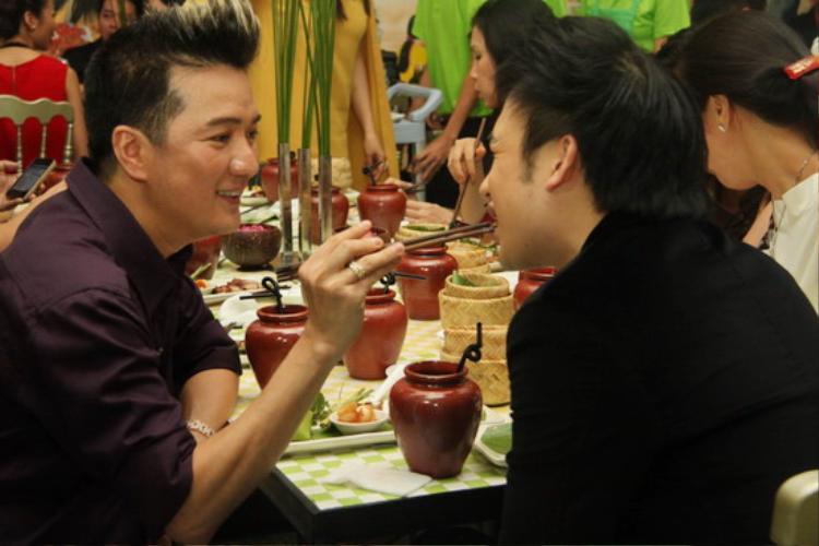"""Trong khi đó, """"ông hoàng nhạc Việt"""" từng gây xôn xao khi đút đồ ăn cho Dương Triệu Vũ."""