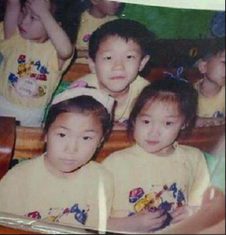 Lee Sung Kyung (bên phải) đã xinh đẹp nổi bật ngày từ khi còn nhỏ.