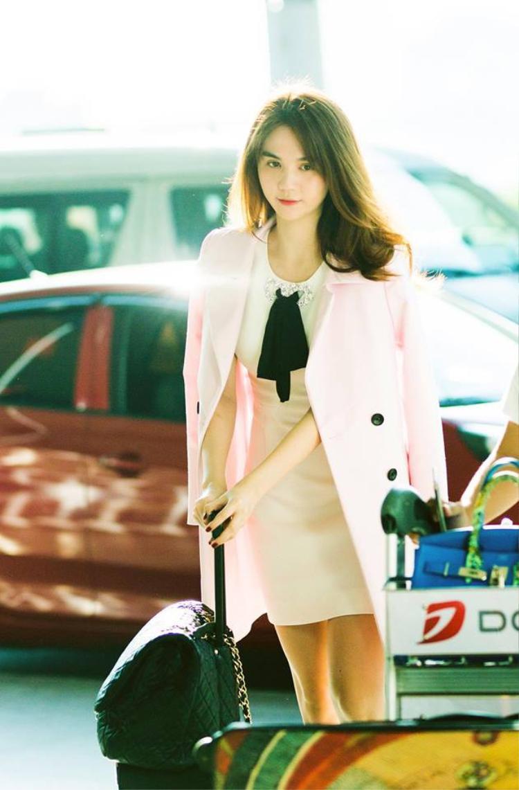 Ngọc Trinh diện trang phục giản dị nhưng không kém phần xinh đẹp tại sân bay.