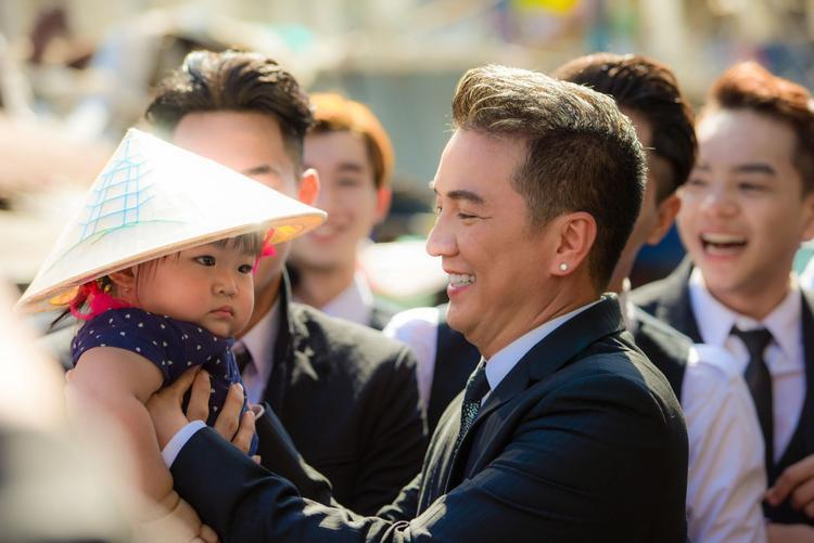 Quay MV có mặt Hà Hồ và Cường Đô la, Mr. Đàm được fan nhí nựng giữa chợ